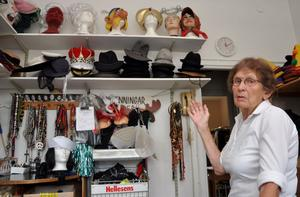 """LOCKAR FRAM MÅNGA SKRATT. I butiken finns olika hattar, peruker och andra accessoarer. """"Det skrattas mycket här inne. Rakade män kommer in med sina fruar och provar perukerna"""", säger Harriet Engström. Foto: Björn Nyström"""
