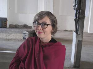 Textilkonstnären Ulrika Mars, förra årets Ahlbäckpristagare, visar sin prisutställning i Meken.