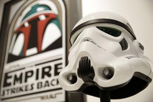 En replika av en Stormtrooper-mask var ett av föremålen som såldes på fredagens