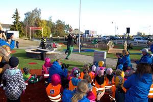 På kanelbullens dag invigdes den nya lekplatsen vid Nordanby äng.
