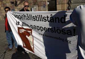 Ska alla få uppehållstillstånd eller rätt att gå i skola? M säger nej. Bild från en tidigare manifestation.