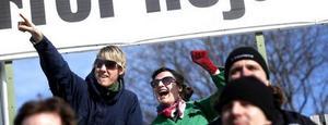 Jaaa - det funkar ju! Sportens experter, GD:s konsumentredaktör Magnus Lundquist och Arbetarbladets modeskribent Joanna Grubbström jublar tillsammans över hur vackert det är att se Gefle IF spela vidare i himmelsblått - tack vare de specialglasögon de har på sig.