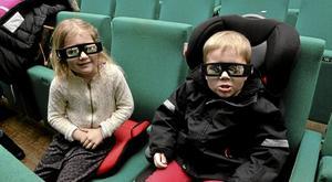 Klart för start. Ella och Thor Martinsson var klara för avfärd med lördagens matinéfilm i Kopparberg.Foto: Michael Landberg