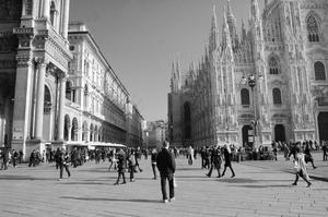 Stod vid Katedralen och tog denna härliga bild på alla människor som går på torget vid den mäktiga byggnaden.
