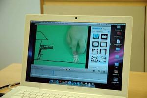 HAND. Inför varje fotografering flyttas figuren. Det ger rörelser på filmen.