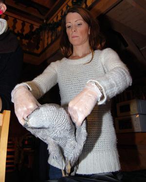 Jenny Mellbi provar hur skador på en fågel ska kontrolleras.