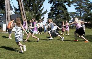 Eftermiddagens övningar börjar med att barnen får leka ute på gräsmattan innan det är dags för sångövning och utprovning av de kläder barnen ska bära i musikalen.
