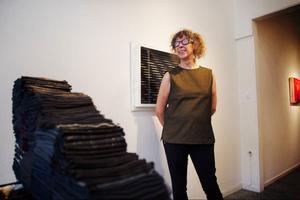Kulturella koder, status och identitet blotläggs på Galleri S där Monica Nilsson ställer ut.