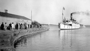 Ångbåten Caesar var en av de fem passagerarfartyg som Westerås-Torshälla Ångbåt AB hade i linjetrafik på Mälaren. Ångbåten Caesar gick mellan Västerås och Stockholm. Resan tog fem?sex timmar. Här lägger Caesar till i Östra hamnen. Bolaget sålde sin flotta 1948.