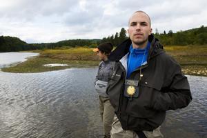 Fiskaren Torsten Netterstrand och André Hammarström, fisketillsynsman och fiskevärd, är förbannad på Statkraft och kräver en förändring.