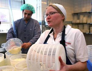 """""""Vårt hopp är att Eldrimner tar över mejeriet"""", säger Ida Olofsson. I bakgrunden Matasim Basha i färd med att göra en mild blåmögelost. Osten är färdig i juni."""