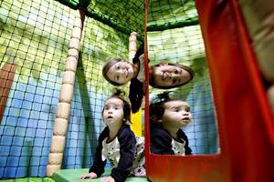 Fyraåriga Bianca Rosendahl utforskar nya leklandet tillsammans med sin ettåriga lillasyster Bella Rosendahl.