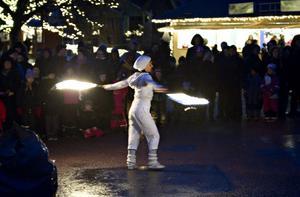 Julig eldshow är en del av programmet på julmarknaden.