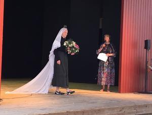 Modevisningen avslöjades med en svart brudklänning med slöja och myrtenkrona. Vid förra sekelskiftet var det vanligast med svart bröllopsklänning bland det vanliga folket. Modet med vitt kom senare, via överklassen.