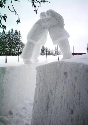 Som extra krydda hade den tangodansade skulptören Edwin Böck gjort ett dansande par i snö utanför föreningshuset.