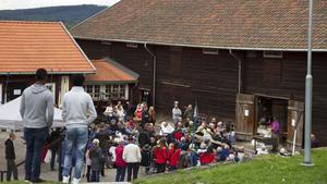 Många stod och satt på kullar och stenar runt om Stenegård.