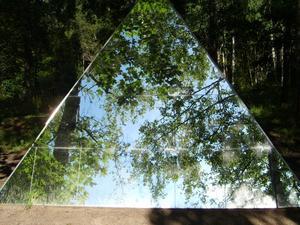 Tog bilden på spegelpyramiden i Skulpturparken,Ängelsberg.Det måste vara en av världens allra vackraste konstutställningsplatser,där den ligger alldeles nere vid vattnet.