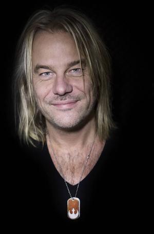 Björn Höglund har varit med och producerat nya skivan Hälsningar från, ett ideellt musiksamarbete mellan flyktingar och invandrare från Grytan och lokala artister.