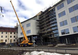 En man har ramlat från en ställning på en byggarbetsplats i Sundsvall.