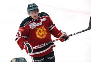 Dion Knelsen visar att målformen från i fjol håller i sig. Redan i sin andra match för sitt nya lag noterade kanadensaren, som blev ratad av Mora IK inför den här säsongen, tre fullträffar när Asplöven besegrade Tingsryd med 5–4.