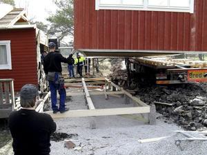 Trettio nya prefabricerade kvadratmeter hus dockades till den äldre bygganden av bygg- och fordonselever på Lindeskolan. bild: JENNIFER OLSSON