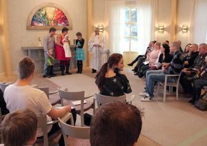 Släkten är samlad och ceremonin med Nils Alfreds dop har tagit sin början.