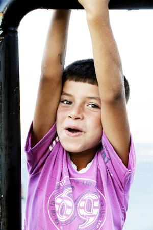 Sahir, 6, leker i hamnen.