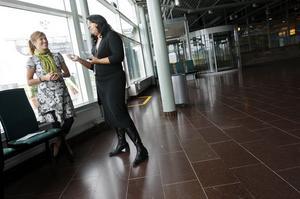 Antalet flygpassagerare till Åre/Östersund flygplats blir allt flera. Ökad konkurrens och turismtrafik har fått fart på trafiken. Flygplatschefen Susanne Norman, tillhöger i bild, är nöjd liksom informationschefen Ann Söderström.