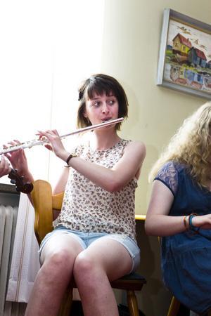 Martha Carr från England är en av flöjtisterna i årets kull av folkmusikelever på Folk Summer School i Järvsö.