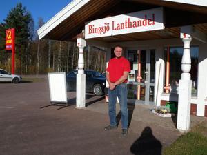 Per Zani driver lanthandeln i Bingsjö tillsammans med Anna-Maria Liss. Butiken är navet i älgjaktsbyn Bingsjö, som annars lever upp med spelmansstämman.