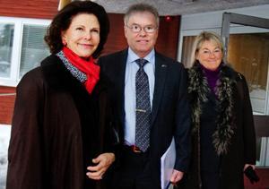 Drottning Silvia anlände till Folkets hus för att tala under konferensen om människohandel. Här i sällskap med moderate landstingspolitikern Christer Siwertsson och landshövding Britt Bohlin.