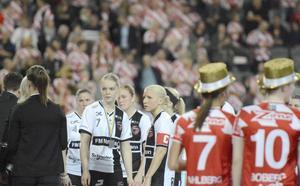 Ellinor Berling till vänster om Anna Wijk efter att KAIS Mora förlorat SM-finalen mot Pixbo.