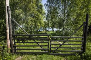 Bakom grindarna finns en badplats som används av byborna i Storhaga.