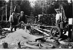 """Bengt Södersten minns tiden som barn på 1940-talet när vedkapen användes. """"Mamma och pappa hade fullt sjå att passa oss så vi inte kom för nära sågklingan""""."""