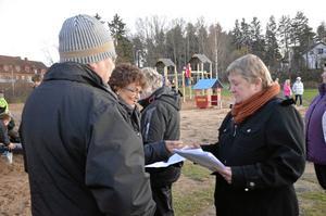 Insamling av synpunkter. Folkhälsostrategen Linnea Hedkvist delade ut svarsformulär till bland andra Toivo Wellbäck och Britt Östman.