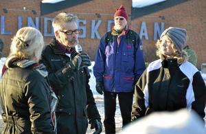 Barn- och utbildningsnämndens ordförande, Arnold Bengtsson (S) fick svara på frågor på torget utanför Lindeskolan.