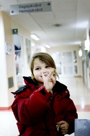 Kolla, jag har varit modig! Hanna Eriksson visar stolt upp sitt plåster. Hennes behandling pågår i två och ett halvt år. Sjukhusbesöken har blivit en vana.