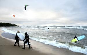 Norrvikssand på Björkön är ett populärt surfingställe. Både för vågsurfare och kitesurfare. Bröderna Lars och Urban Lind fick sällskap av några vågsurfare när den nordostliga vinden nådde kulingstyrka i byarna.