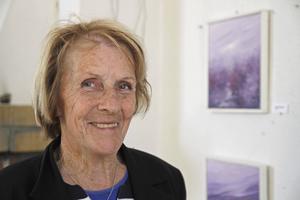 Landskap och hav intresserar konstnären Ulla-Britta Hill, Gnarp som ställde ut i Sörfjärdens Brukskapell.