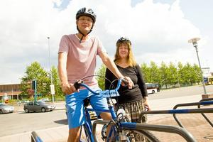 Anne Sörensson är projektledare vid Grön Trafik och Rickard Johnson är gatuchef. De båda vurmar om att fler ska välja cykeln framför bilen.