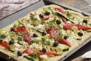 Vegetarisk pizza med rostad vitlök.