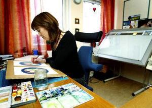 Pia Niemi i arbete med bilder till en dikt, som kanske kan bli en bok så småningom.