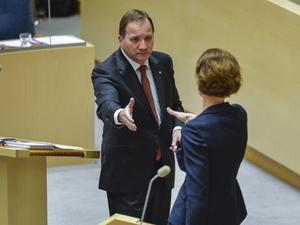 Stefan Löfven (S) sträcker ut en hand över blockgränsen. En pressad Moderatledare Anna Kinberg Batra väljer så här långt konfrontation. Må hon sansa sig.
