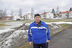 Mikael Kontturi och hans grannar i bostadsrättshusen på andra sidan vägen vill inte ha stationen här, 50 meter bort.