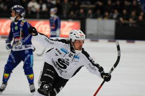 Daniel Mossberg trampade i gång SAIK och gjorde tre mål när laget lyckades vända och vinna mot Villa-Lidköping.