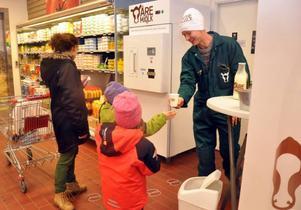 Många ville smaka när Åremjölken lanserades på Ica Åre i helgen. Här serverar Olov Östling smakprov till Anna-Maria Kristoffersson och hennes döttrar.