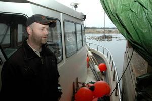 """OROLIG. Fiskaren Lars-Ivan Hållstrand är orolig för att strömmingen håller på att utarmas av industrifisket. """"Fiskeriverket säger att man vet om problemet, men ändå gör man ingenting åt det"""", säger han."""