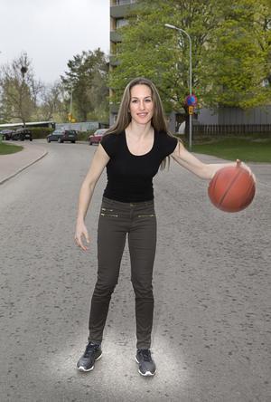 Fullt upp. Christina bor just nu i Västerås  och arbetar i Stockholm. Under basketsäsongen dömer hon även matcher flera gånger i veckan. Heltidsjobb och domarkarriär gör att hennes vardag är fullspäckad. Men hon älskar det hon gör och det är en av anledningarna till att hon får det att gå ihop.