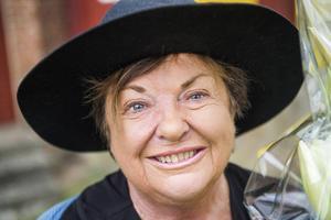 Författaren och dramatikern Viveca Lärn efter att hon tillkännagetts som årets Piratenpristagare utanför pumphuset vid Stampabron i Vollsjö, Piratens födelseby.