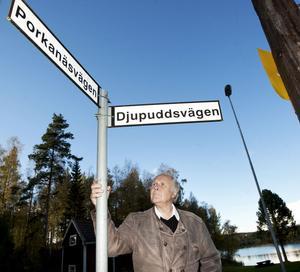 Här från Ångcentralen och fram till korsningen Djupudden – Porkanäset ville Malvin Fröyseth för 31 år sedan att det skulle sättas upp fyra – fem gatlampor. I torsdags rev dock kommunen hans ansökan tillsammans med omkring 190 andra ansökningar från åren 1981 – 2003.